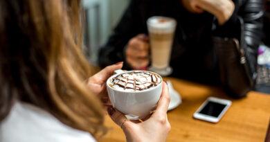 https://www.freepik.com/free-photo/side-view-girl-drinks-cappuccino_8197138.htm