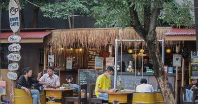 Menikmati Es Kopi Soda Menjelang Senja Berbalut Suasana Pantai di Erge Cafe